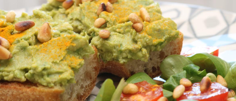 Tartine Avocat-Curcuma-Pignons